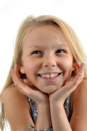 Portrait de fillette blonde souriante