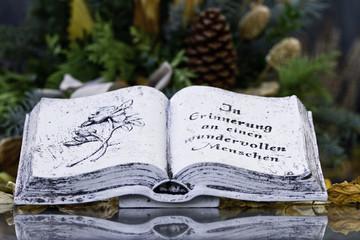 Steinbuch an einer Grabstaette