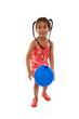 enfant joue avec ballon baudruche