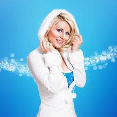 junge blonde Frau im Winteroutfit