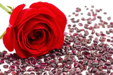 赤いバラの花とガーネットの原石