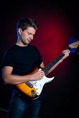 junger mann spielt gitarre