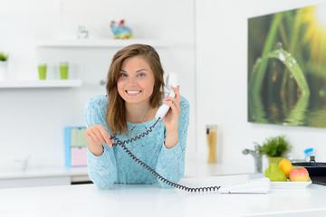 hausfrau telefoniert in der küche