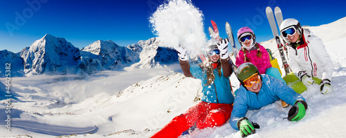 Papiers peints Glisse hiver Ski, snow, sun and winter fun - happy family ski team