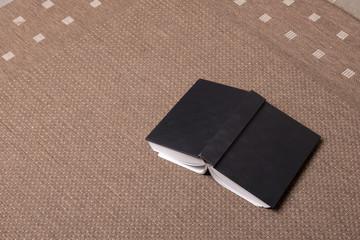 un libro a terra sul tappeto