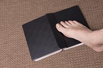 piede sul libro