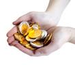 pieces de monnaies en chocolat dans des mains
