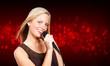 freundliche junge frau beim singen