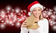 junge frau öffnet ein weihnachtsgeschenk