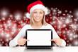 weihnachtsfrau zeigt auf computerbildschirm