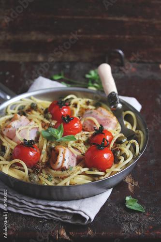 Спагетти с беконом, томатами черри и каперсами