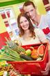 Paar beim Einkauf im Supermarkt
