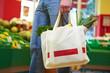 Mann trägt volle Einkaufstasche