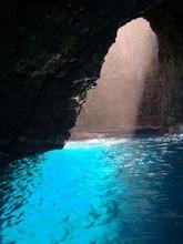 Windex eau bleue dans Ouvrir plafond Cave à Na Pali Coast
