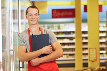 Verkäufer mit Klemmbrett im Supermarkt