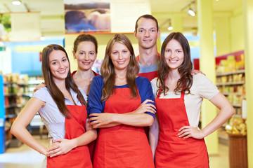 Glückliches Team im Supermarkt