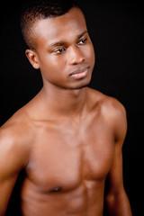junger dunkeläutiger mann afrikaner im portrait