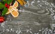 Elch und Ilex auf Holzwand mit Schneeflocken