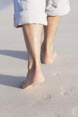 füße laufen barfuß im Sand am Strand