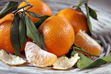 bio mandarinen mit blättern