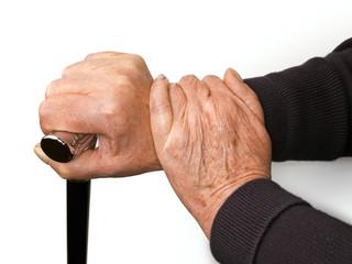 Alte Hände mit Gehhilfe
