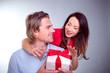 pärchen mit geschenk