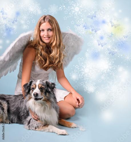 Weihnachtsengel und Weihnachtshund: Junge, blonde Frau mit Hund