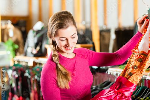 Frau kauft Tracht oder Dirndl in einer Boutique
