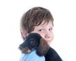 Kind kuschelt mit jungem Dackel