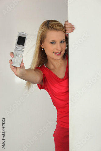 blonde woman showing a cell phone
