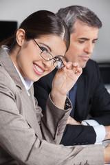 Attraktive Geschäftsfrau mit Brille