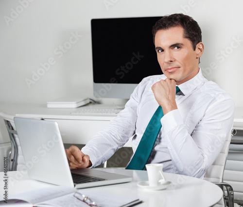 Manager arbeitet am Laptop im Büro