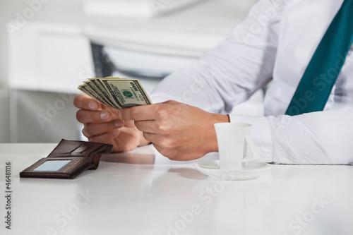 Manager zählt Dollarscheine
