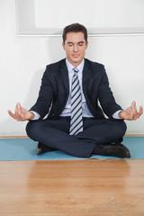 Manager beim Yoga im Büro