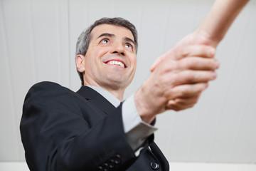 Älterer Geschäftsmann schüttelt Hand