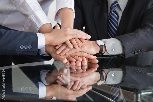Geschäftsleute stapeln Hände