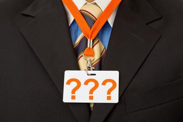 Geschäftsmann mit Ausweis am Schlüsselband - Fragezeichen