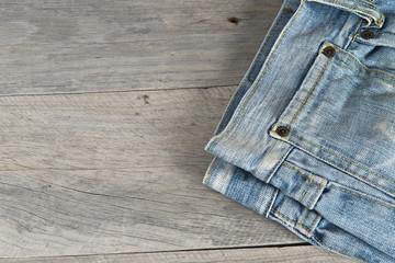 Pantalón vaquero sobre fondo de madera vieja