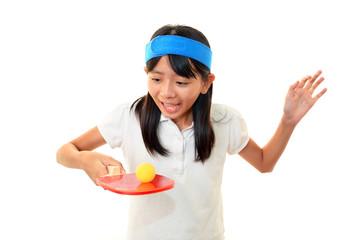 卓球ラケットを持つ笑顔の女の子