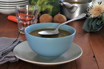 Bol de soupe maison aux légumes du jardin