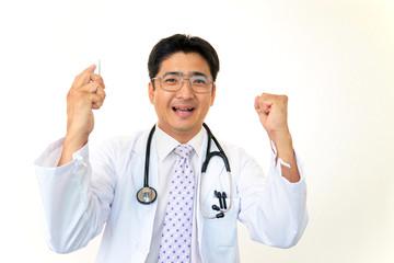 ガッツポーズで微笑む医師