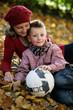 ältere Dame spielt mit Enkel