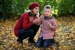 Großmutter und Enkel machen Seifenblasen im Park