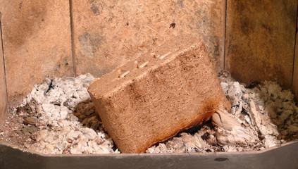 Holzbrikett im Brennraum