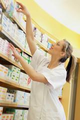 Pharmacienne conseillant un médicament
