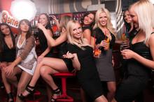 Société de filles de s'amuser dans le club de nuit