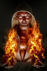 Mann entfacht Feuer mit den Händen