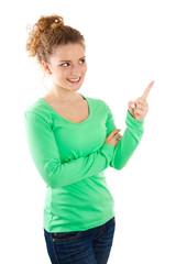 Junge Frau in Grün deutet auf etwas hin