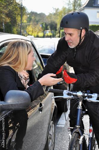 Leinwandbild Motiv Autofahrer und Radfahrer im Streit