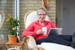 Erwachsene Frau mit Tablet PC